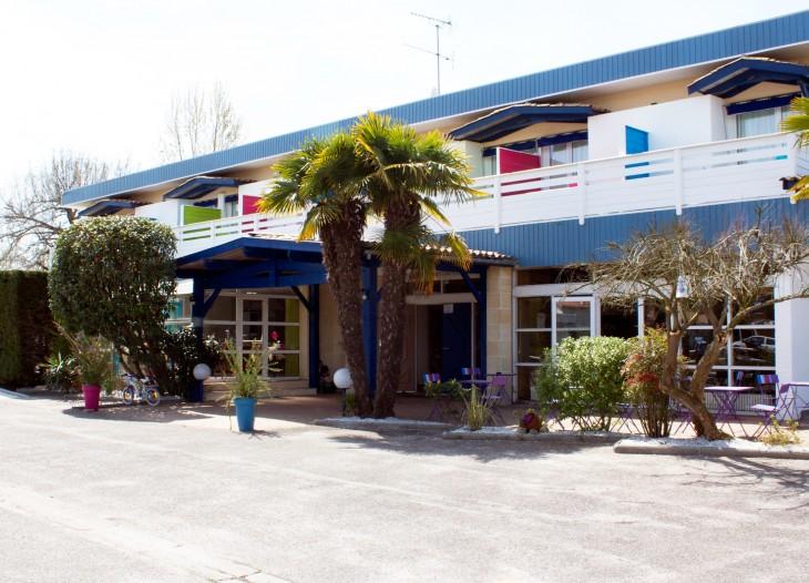 Hotel du Porge avec sa chambre handicapée, pour les personnes a mobilité réduite, PRM, a mi chemin entre Lacanau et le Bassin d 'Arcachon, en passant par les villes de Ares, Andernos les bains, Lanton, Lège, commune de Lege-Cap-Ferret,